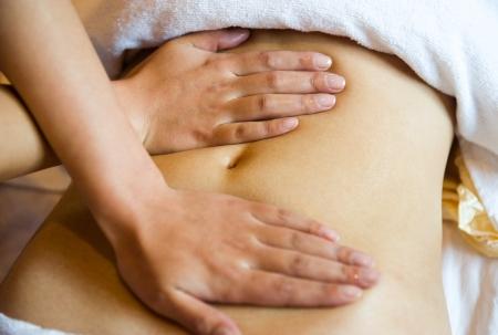 fisioterapia: Una mujer recibe un masaje Foto de archivo