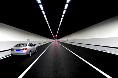 tunel: Coches zoom a través de un túnel.
