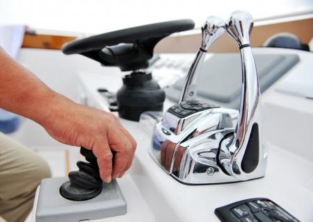 timon de barco: El capit�n en el tim�n de un yate de lujo.