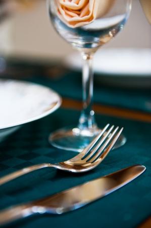 Eleganter Tisch für das Mittagessen bereit.