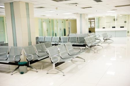 Ospedale sala d'attesa con sedie vuote.