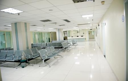 Ziekenhuis wachtkamer met lege stoelen. Redactioneel