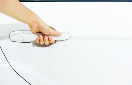 abriendo puerta: Close-up de la gente apertura de la puerta de un coche blanco. Foto de archivo