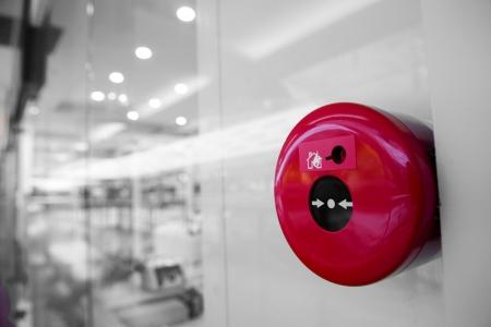 fuego azul: alarma contra incendios en la pared del centro comercial.