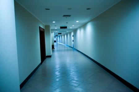 waxed: Pasillo del hospital azulada durante la noche - vac�o y silencioso Editorial