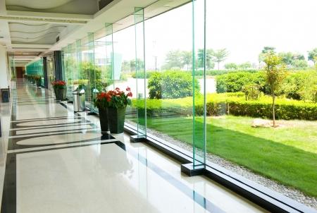 superficie: Corredor de oficinas moderno en edificio de oficinas contemporáneo Editorial