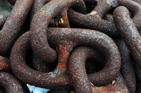 materiales de construccion: Montón de cadenas oxidadas en un astillero. Foto de archivo