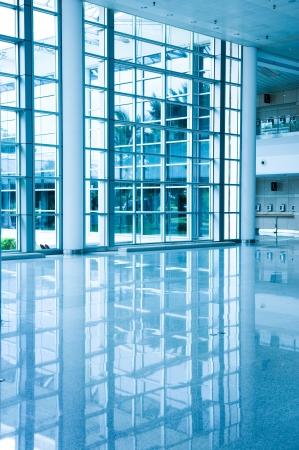puerta de metal: La arquitectura moderna de gran centro de conferencias de negocios con un tono azul.