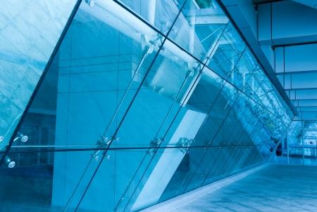 slantwise: All-in vetro all'ingresso edificio moderno. Modificata digitalmente in tonalit� blu.