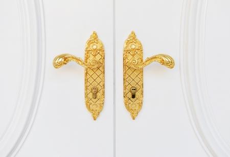 cerrar la puerta: Cierre de doble asa antigua puerta chapada en oro de la puerta blanca.