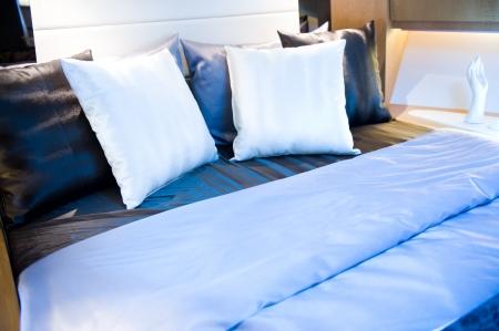 Pokój Hotel z wieloma poduszkami.