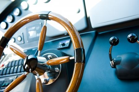 capitan de barco: volante en un yate de lujo.