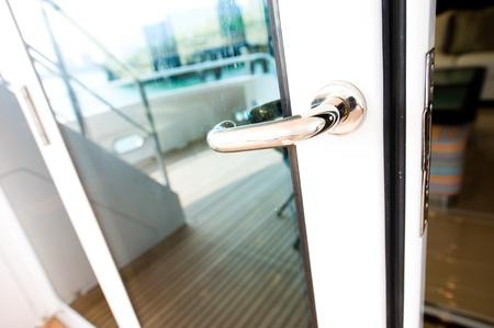 De deur handvat van luxe jacht.