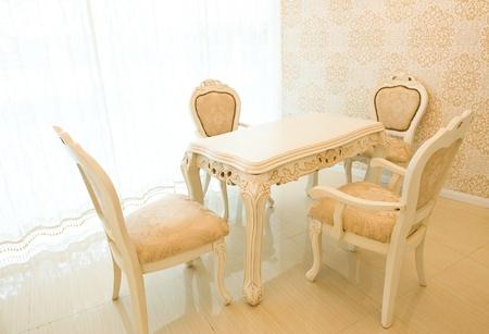 Elegante mesa de simple y sillas en el comedor Foto de archivo - 13974210