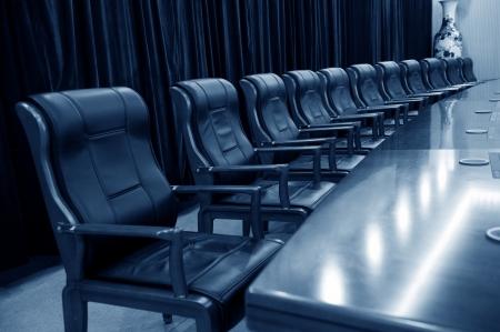 leeg bord: Hoofdkantoor directiekamer met leren stoelen.