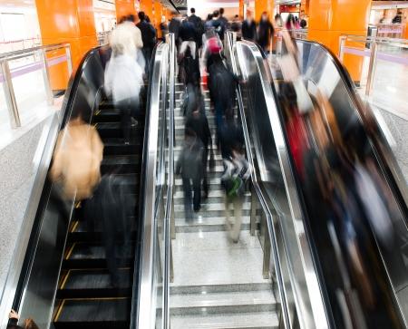 bajando escaleras: de pasajeros en la estación de metro en Shanghai, China, borrosa movimiento.