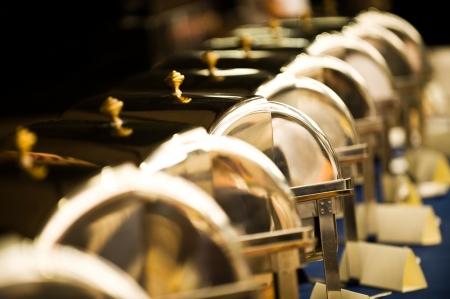 buffet food: Muchos buf� calienta bandejas listo para el servicio.