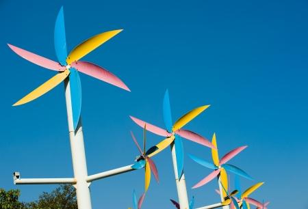 dioxido de carbono: Modern turbina de viento blanco en el cielo azul.
