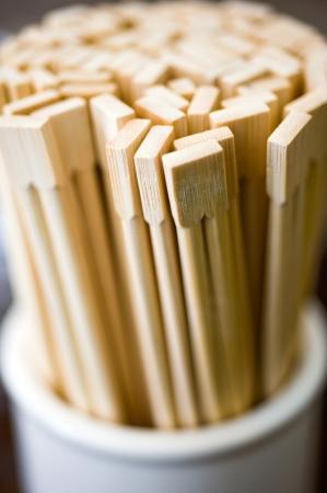 Una colección de chinos palillos de bambú desechables.