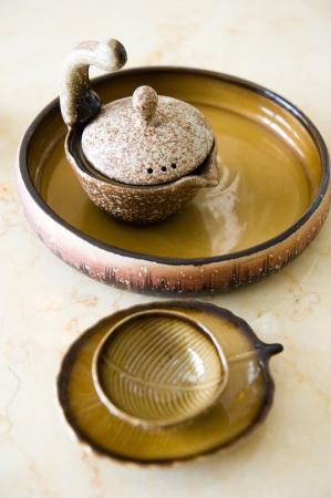 chinese tea pot: Tetera china y tazas en la mesa Foto de archivo