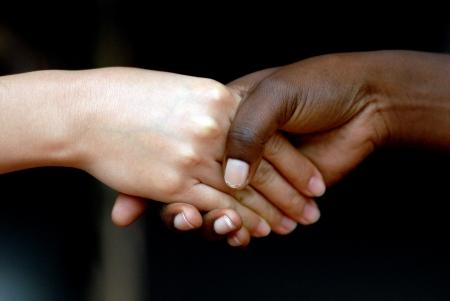 manos estrechadas: Carrera de negro y amarillo de las personas dándose la mano