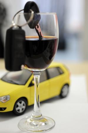 servicios publicos: Llave del coche en una copa de vino, el concepto de conductor ebrio
