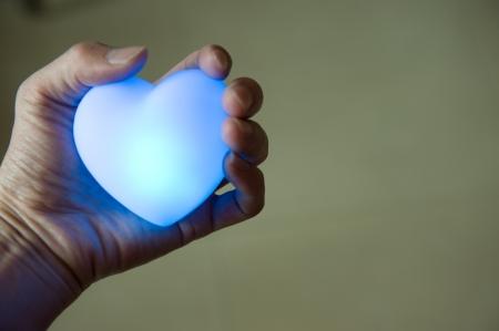 aide à la personne: j'aime concept. tenant un coeur dans les mains.