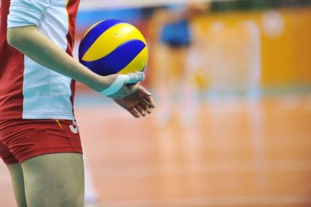 pelota de voleibol: Voleibol jugador que consigue listo para servir. Foto de archivo