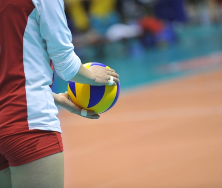 pelota de voley: Voleibol jugador que consigue listo para servir. Foto de archivo