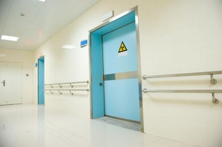 radiacion: corredor en el hospital con las puertas. Editorial