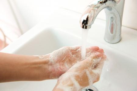 propret�: Lavage des mains avec du savon sous l'eau courante. Banque d'images
