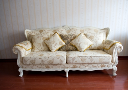divan: Sofá hermoso en un fondo de una pared Foto de archivo