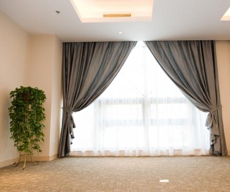 curtain design: Tenda di lusso con un copia-spazio in mezzo