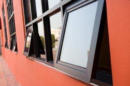 ventanas abiertas: pared de color rosa con textura de las ventanas.