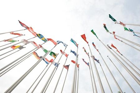 europeans: Bandiere di tutto il mondo felicemente soffia nel vento.