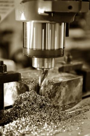 Industriële elektrische zware boorkop in een fabriek voor het boren van metalen.