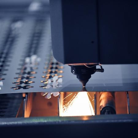 funken: Industrie-Laser-Cutter mit Funken. Lizenzfreie Bilder