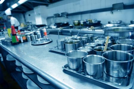 cocinas industriales: chefs de movimiento de cocina de un restaurante Foto de archivo