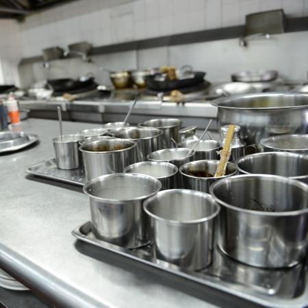 cocinas industriales: chefs de movimiento de un restaurante de cocina Foto de archivo