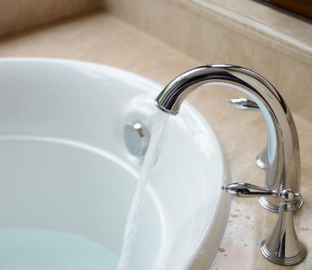 rubinetti: Vasca da bagno di lusso e rubinetto con acqua.