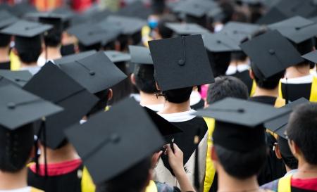 birrete de graduacion: posterior de los graduados durante la apertura.