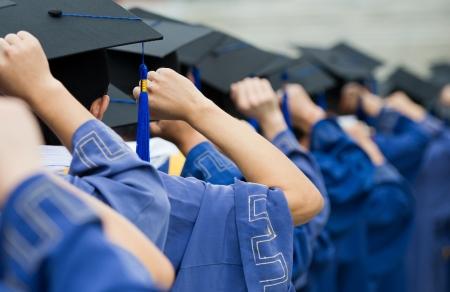 toga y birrete: posterior de los graduados poner las manos en alto durante la apertura. Foto de archivo