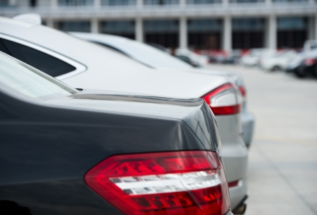 many cars parked in a row.  版權商用圖片