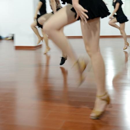 pies bailando: mujer bailando en el gimnasio durante el ejercicio