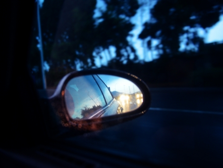 rear view mirror: conducir de coche en la noche con el espejo retrovisor. Foto de archivo