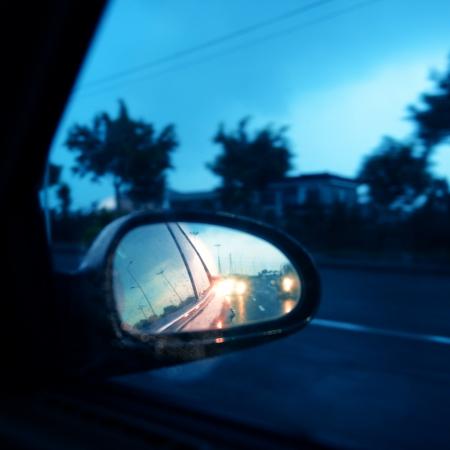 rear view mirror: conducir el coche por la noche con el espejo retrovisor.