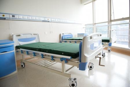 recovery bed: interno della nuova stanza di ospedale vuoto.