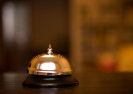 campanas: Servicio de campana en una mesa de hotel. Foto de archivo