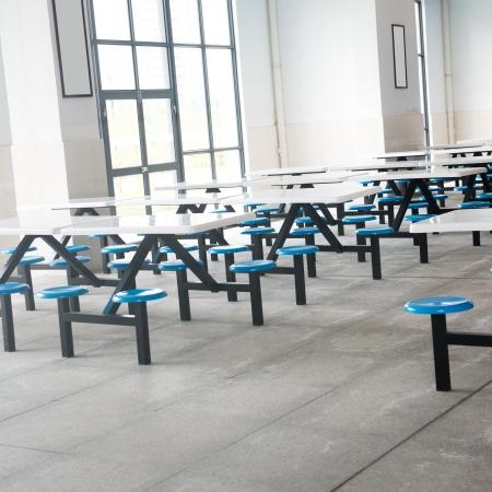 多くの空の席とテーブルのクリーン スクール カフェテリア。