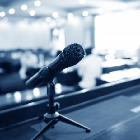 the speaker: Mesa del orador en la sala de conferencias.